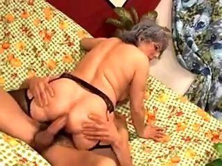 Il encule une mamie et lui gicle sur le ventre
