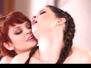 Sorellastra punk seduce la sorella per bene della famiglia