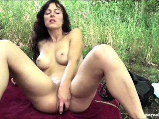 Nackt am See erwischt und hart in den Arsch gefickt