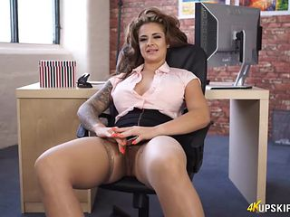 Curvy secretary happily shows her hot cunt