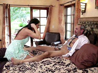 An Mature Stud Gives The Wang To A Sluty Younger Babe