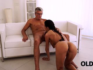 OLD4K. Mature boss stretches hot assistant instead of...