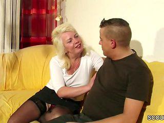 Tante Claudi hilft ihm beim ersten Fick mit ihrer Pussy