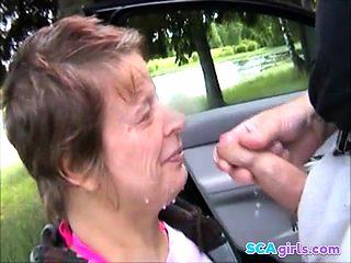 Svensk kvinna suger kuk utomhus i Hedemora