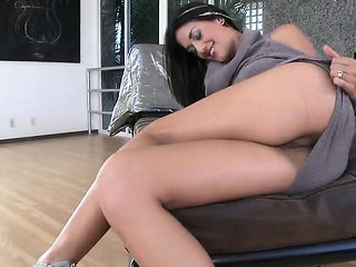 Exceptional babe is flaunting her spread soft vagina in clos