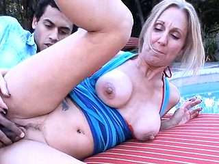 Beautiful mature gives cunt for licking and hardcore nailing