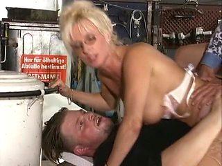 40+ Deutsche slut gets double penetrated at the auto service