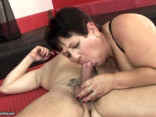 Mature with big ass makes man unload spunk upon her face