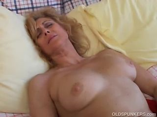 Mature amateur loves to cum