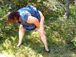 Huguette pisse dans les bois.MOV