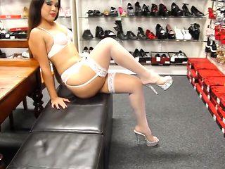 Delicia se exibindo de cinta liga