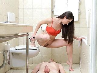 Herrin uriniert auf ihren Sklaven!