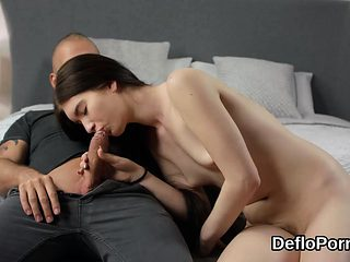 Pretty cutie stretches narrow quim and gets deflorated