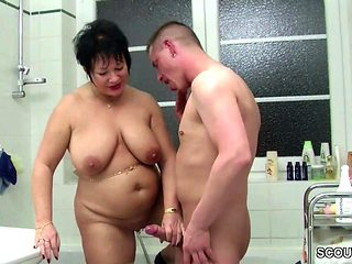 Deutsche Mutter hilft Jungspund beim Ficken im Badezimmer