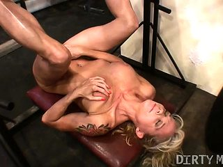 Female Muscle Cougar Works Her Clit in the Gym