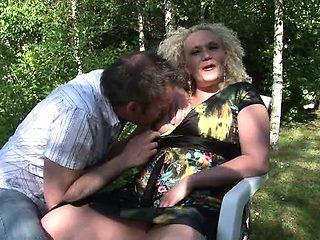Baise en exterieur avec une cougar blonde