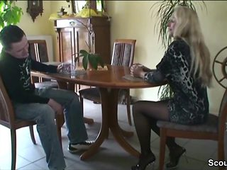 MILF schnappt sich den 18jr Bubi des Vermieters zum Fick