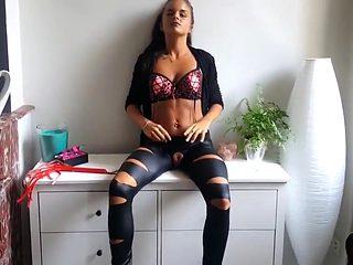 Sarah lombardi look-alike zeigt fotze und raucht