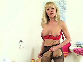 English milf Ellen squirts her pussy juice in bathroom