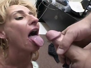 Mature Cocksucker Shows Off How To Suck