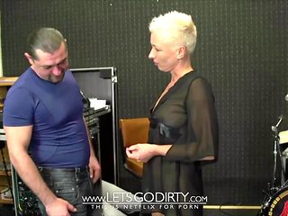PIERCING FOTZE BRAUCHT DICKEN SCHWANZ