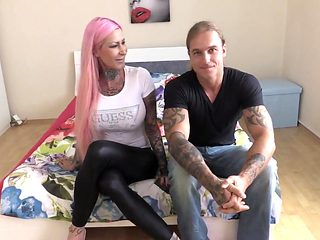 Voll tattoowierte Traumfrau wird gefickt und Titten besamt!