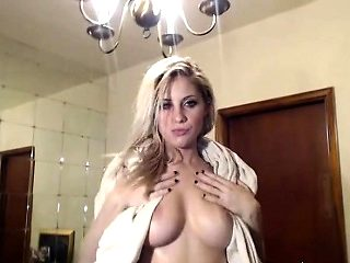 Sexy pussy squirting blonde beauty on livecam