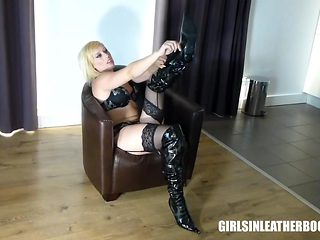 Blonde plays with nipples and pussy in patent leather boots