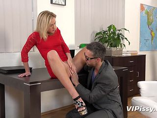 vinna reed pissing on her collegue and having fun