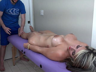 Valentina Jewels gets an erotic massage