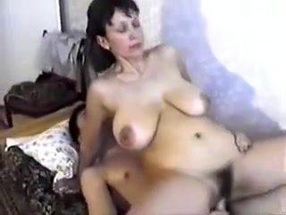 Une grosse mature russe poilue niquée par un jeunot