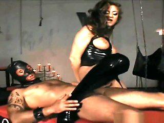 Latex und Stiefel Domina bildet zum Sexsklaven aus
