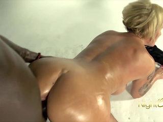 Blonde Milf fickt dicken schwarzen Schwanz
