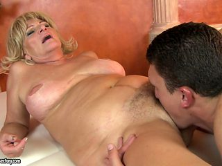 Mature with giant tits is good on her way to satisfy her bang buddy with her sweet mouth