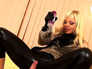 Chick in inviting nylons gets her cunt wrecked by stud