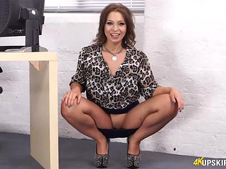 Upskirt Jerk fearsome-fearsome une brunette hair exhibe sa culotte et sa chatte au travail threat...